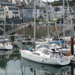 Jan aan het werk op het dek in de haven van Guernsey