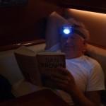 Jan is verslingerd aan zijn boek