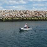 Jan maakt testvaart met gerepareerde bijbootmotor