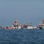 Met de bijboot varen naar de processie te water