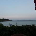 Uit eten met uitzicht op onze boot in de ankerbaai (1)